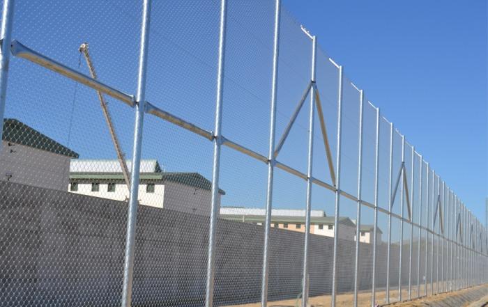 Malla simple torsión en centro penitenciario